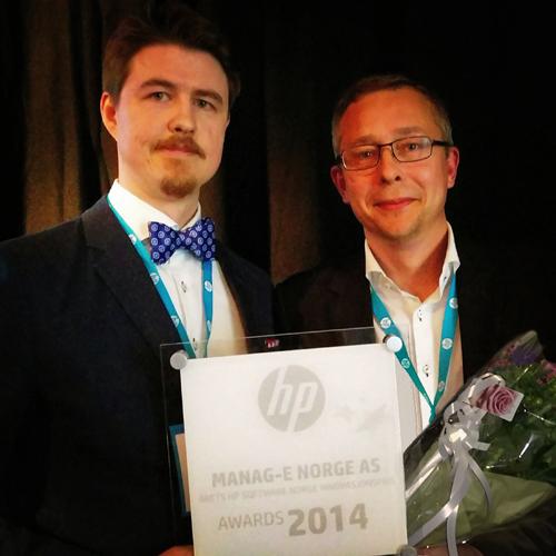 To representanter for Manag-E mottar innovasjonsprisen fra HP Software i juni 2015